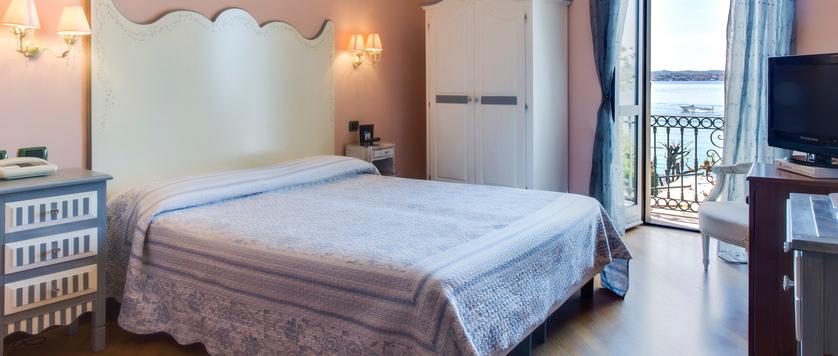 Hotel La Pace, Sirmione, Lake Garda, Italy - bedroom.jpg